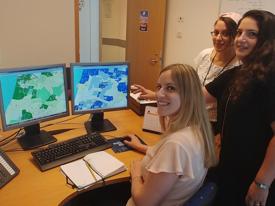 נירה עיני ושירן ריינר מהחטיבה הבנקאית של הבינלאומי בוחנות את הביצועים העסקיים והפוטנציאל של הבנק על גבי מפות אינטראקטיביות בעזרת הילה לב מ- Locate